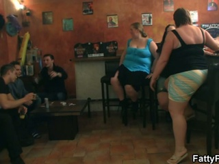 Fat chicks have fun in the pub !