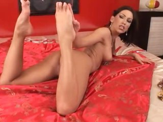 Young Euro hottie gets her toes sucked